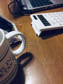 木製のテーブルの上に座っているラップトップコンピュータの写真・画像素材[2987057]