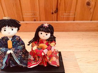 木のテーブルの上に座っている人形の写真・画像素材[2992350]