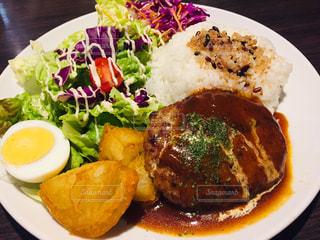 食べ物の皿をテーブルの上に置くの写真・画像素材[2997398]
