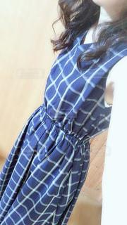 青いワンピースを着た女性の写真・画像素材[3422218]