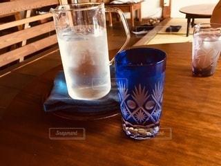 テーブルの上の冷水の写真・画像素材[3442905]