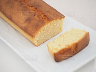 皿の上にパンを一枚置くの写真・画像素材[2927781]