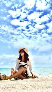 女性,風景,空,アクセサリー,屋外,ビーチ,雲,帽子,少女,人物,人,笑顔,人間の顔,日よけ帽,パーソン