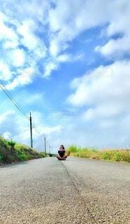 空,自転車,屋外,雲,道路,草,地面