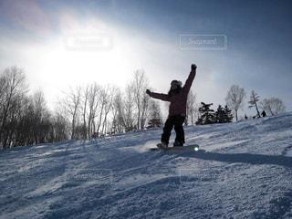 女性,1人,アウトドア,空,スポーツ,雪,バンザイ,丘,人物,ゲレンデ,レジャー,スノーボード,斜面