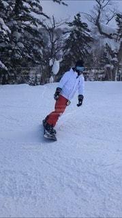 男性,1人,アウトドア,スポーツ,雪,山,樹木,人物,ゲレンデ,レジャー,スノーボード