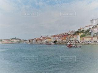 水域の隣にある港の小さなボートの写真・画像素材[2941396]