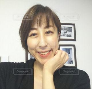 カメラに向かって微笑む女性の写真・画像素材[2942062]