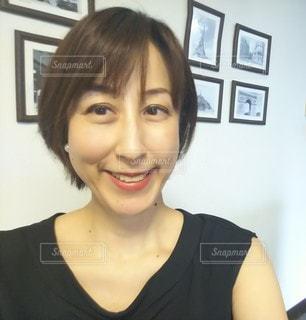 カメラに向かって微笑みポーズをとる女性の写真・画像素材[2942061]