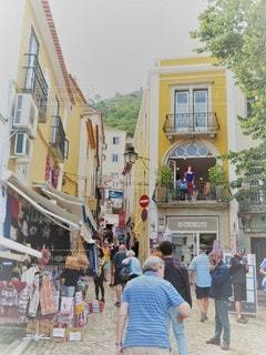 通りを歩いている人々のグループの写真・画像素材[3007754]