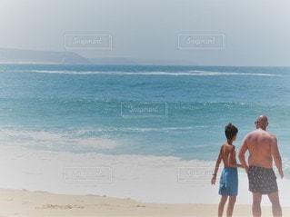 浜辺に立っている男の写真・画像素材[3007753]