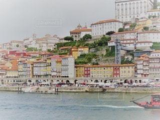 背景に都市がある水域の小さなボートの写真・画像素材[3007755]