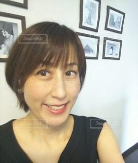 カメラの笑顔でポーズをとる女性の写真・画像素材[3010522]