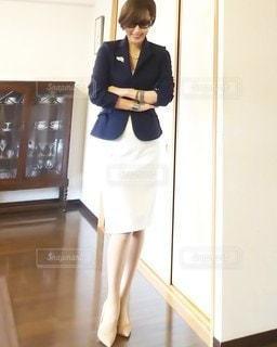 ドアの前に立っている人の写真・画像素材[3010847]