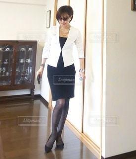 部屋に立っている女性の写真・画像素材[3010846]
