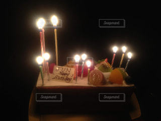 ろうそくに火をつけたバースデーケーキの写真・画像素材[2978611]