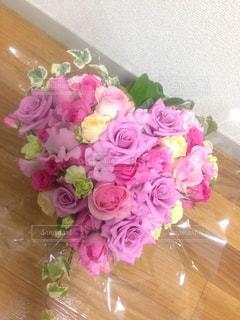 ハート型のピンクの花の花束の写真・画像素材[2978612]