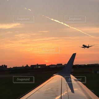 空を飛んでいる飛行機の写真・画像素材[2984288]