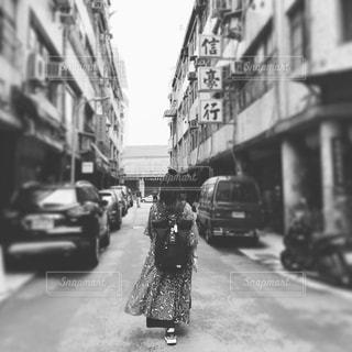 街の通りを歩いている人の写真・画像素材[2997698]