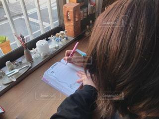 テーブルに座っている女性の写真・画像素材[3026217]