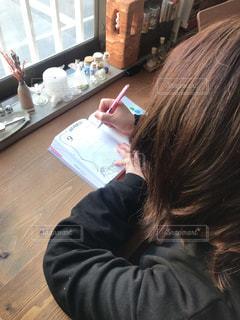 テーブルの上に座っている人の写真・画像素材[3026219]
