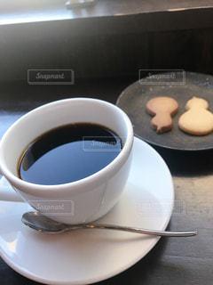 テーブルの上にコーヒーを一杯入れるの写真・画像素材[3254578]