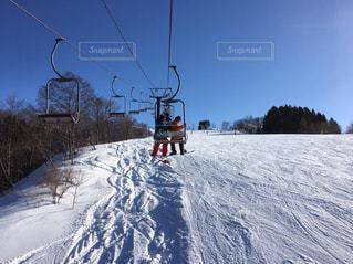 2人,自然,アウトドア,空,冬,スポーツ,雪,屋外,山,人物,ゲレンデ,レジャー,スキー場,スノーボード,斜面,日中