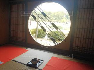 和菓子と丸い窓から見える景色の写真・画像素材[2969121]
