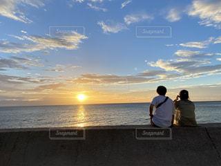 夕景とカップルの写真・画像素材[3544058]