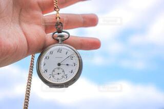 屋外,青空,散歩,手,時計,手持ち,優しい,人物,ポートレート,明るい,ライフスタイル,時間,手元,懐中時計