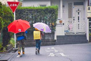 雨の日の登校の様子。の写真・画像素材[3677169]