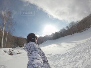 男性,1人,自然,アウトドア,空,スポーツ,雪,山,人物,スキー,ゲレンデ,レジャー,スノーボード,斜面