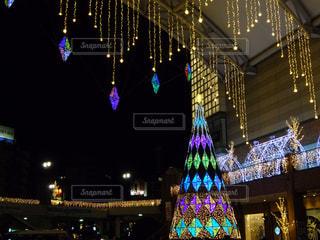 夜のライトアップされた街の写真・画像素材[958557]