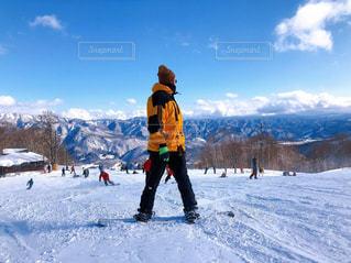 男性,1人,自然,アウトドア,空,スポーツ,雪,晴天,山,人物,ゲレンデ,レジャー,長野,スノーボード,日中