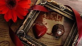 ガーベラとチョコレートの写真・画像素材[4205022]