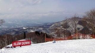 自然,アウトドア,冬,スポーツ,雪,山,標識,丘,人物,スキー,ゲレンデ,レジャー,スノーボード,斜面,テキスト,SLOW DOWN