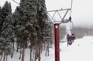 女性,友だち,2人,10代,アウトドア,空,冬,スポーツ,雪,屋外,白,白い,樹木,人物,旅行,スキー,寒い,高校生,ゲレンデ,レジャー,リフト,修学旅行,お揃い,ウィンタースポーツ,スキー牽引