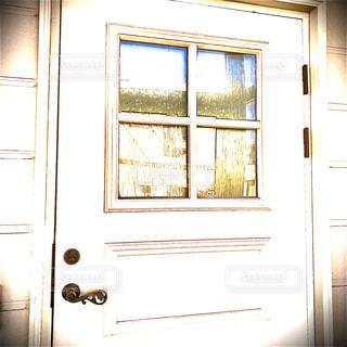 窓のあるドアの写真・画像素材[2985675]