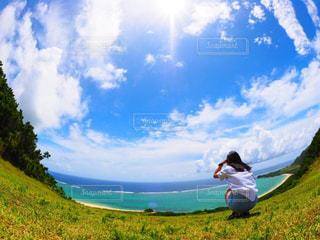 女性,1人,自然,海,空,絶景,屋外,晴天,沖縄,草,石垣島,高原,日中,山腹