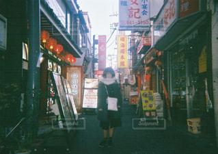 通りを歩いている人の写真・画像素材[1265663]