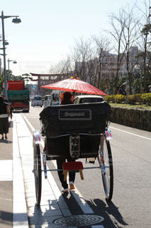 自転車は、道路の脇に駐車の写真・画像素材[1742020]