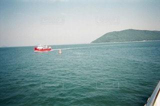 大きな水域にある小さなボートの写真・画像素材[2995020]