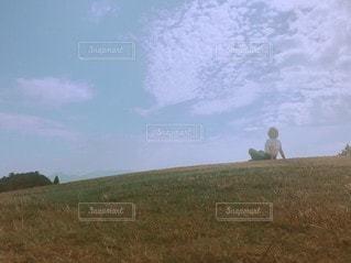 空を見上げるの写真・画像素材[3020950]