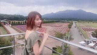 フェンスの前に立っている少女の写真・画像素材[3641891]