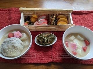 食べ物の皿をテーブルの上に置くの写真・画像素材[4086154]