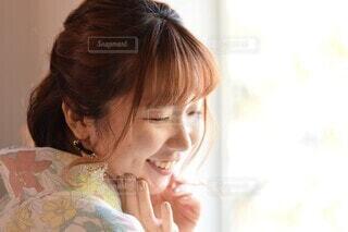カメラを見ている女性の写真・画像素材[4114214]
