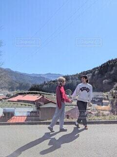 田舎移住カップルの朝のお散歩の写真・画像素材[4221994]