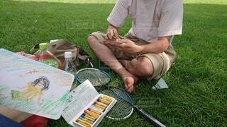 ピクニックテーブルに座っている男の写真・画像素材[4791671]