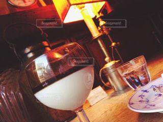テーブルの上のビールのグラス - No.940176