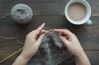 編み物をする女性の手の写真・画像素材[3766524]